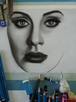 karakalem portre,resim derslerini en iyi anlatmaya çalışan ressam,anasayfada canlı videolu çizim,bu portrede siyah saç,hafif dalgalı ,el,parmak çizimleri,gözlük ve ışıltısı,yüz kısmındagölgeler,burunidudak v.s hepsi 3 kalemle çizilmiştir. 3b,5b,8b kullan