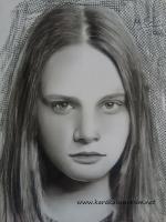 karakalemde sarı saç nasıl çizilir diye sorular gelir bana :) karakalemde sarı saç çizilmez sadece hafif gölgeler verilir sonrada arka fon ile öne çıkarılır.göz ve dudak kısmı koyu çalışmak avantajdır. sarışın kadınlarda fabriano bristol öneririm
