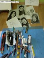 karakalem portre için tek set takım almayı önermiyorum.Gerçekçi karakalem portre çizimi için hemen hemen her marka kalemi kullanmak gerek.Bazen faber castel,bazen steadler kurşun kalem,yani yerine göre kalem kullanmak gerek,tek marka ile olmaz